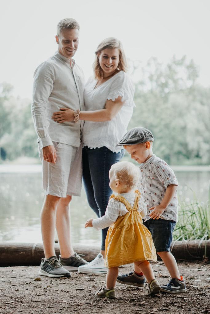 Junge Familie am See