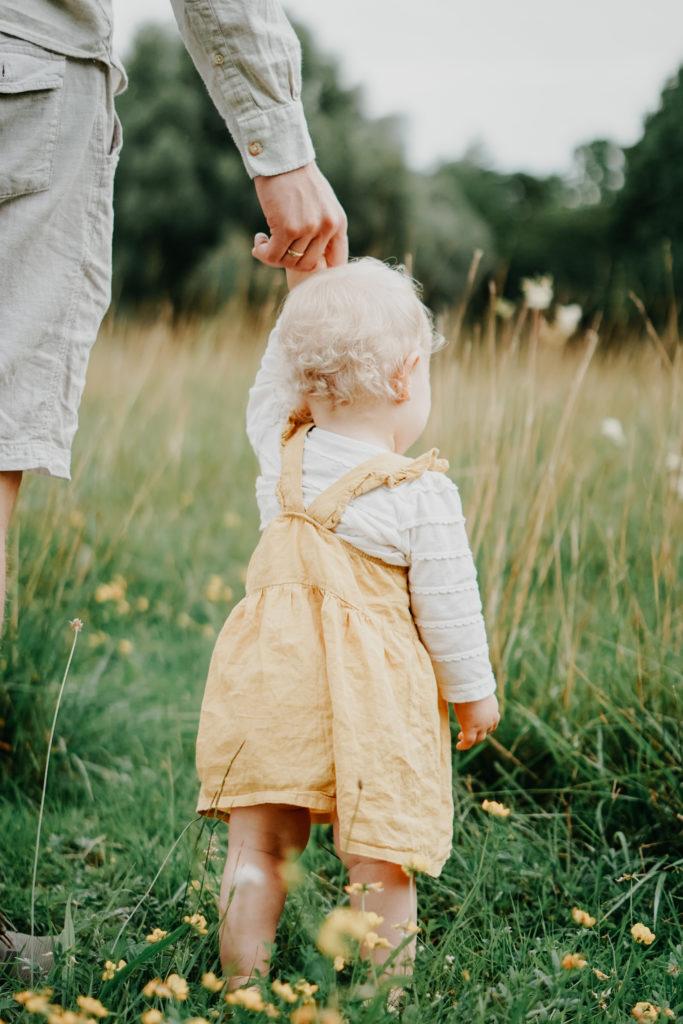 Baby an Hand des Vaters Familie Foto