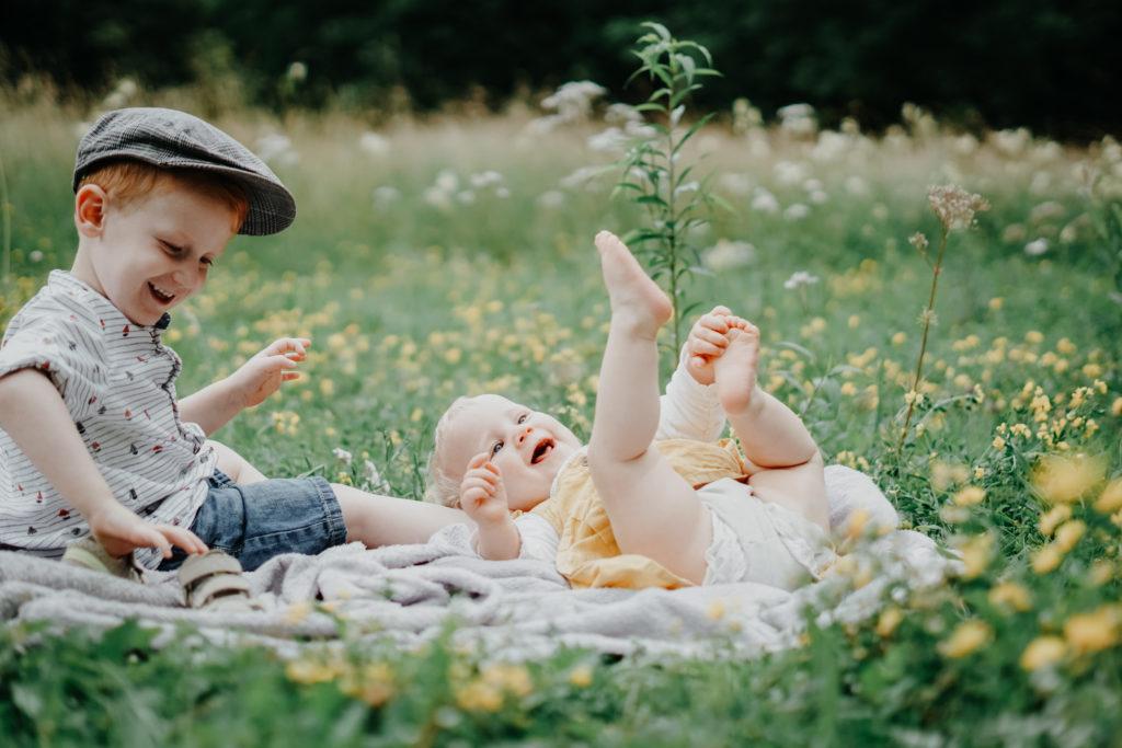 Familienfotografie zwei Kleinkinder im Blumenfeld